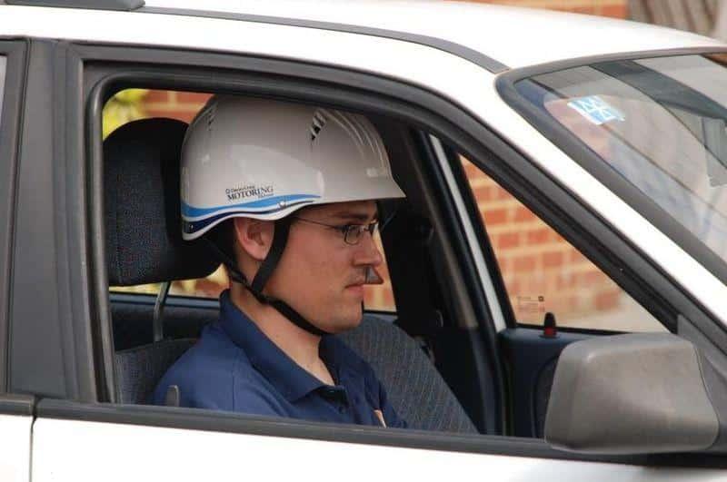 En voiture, portez un casque.